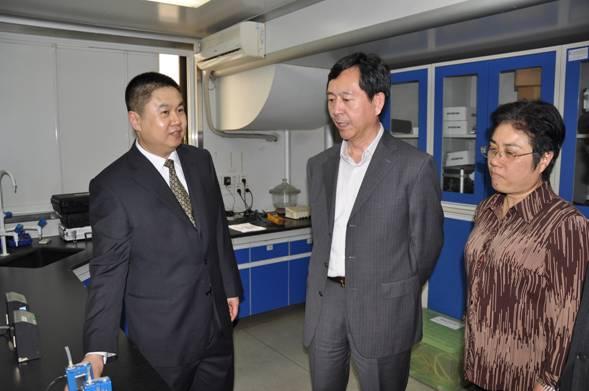 黄汉林院长(左)向陈啸宏副部长(中)、黄小玲书记(右)介绍检测仪器